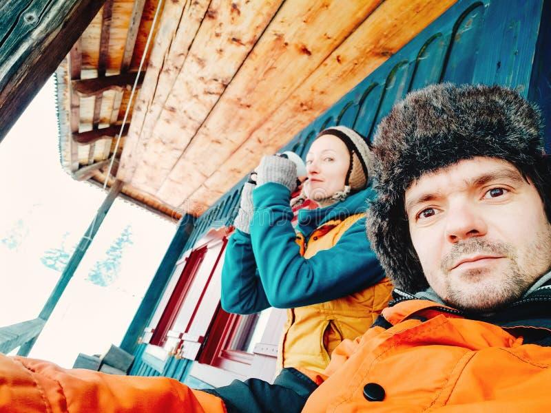 Par som tycker om drinken på en vinterdag royaltyfria foton