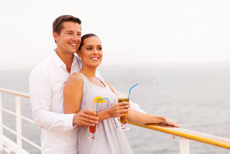 Par som tycker om kryssning royaltyfri foto