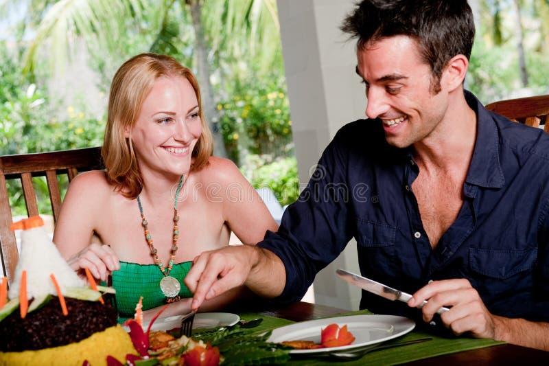 Par som tycker om lunch royaltyfri fotografi