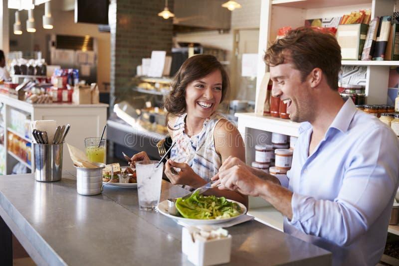 Par som tycker om lunchdatumet i matvaruaffärrestaurang royaltyfria bilder