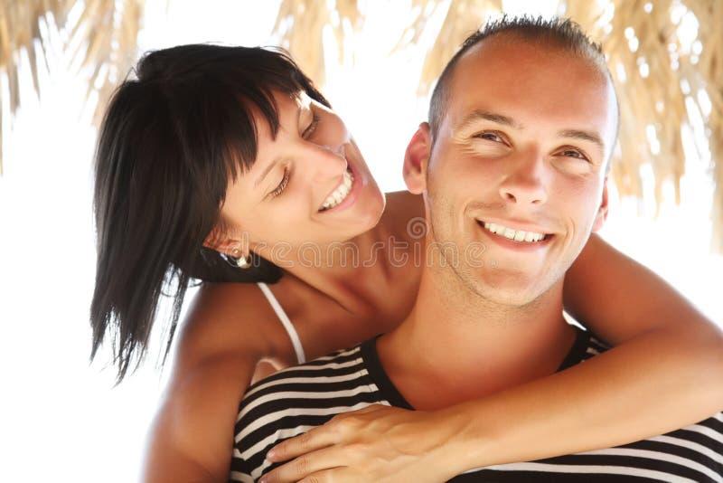 par som tycker om lyckligt feriesommarbarn royaltyfri fotografi