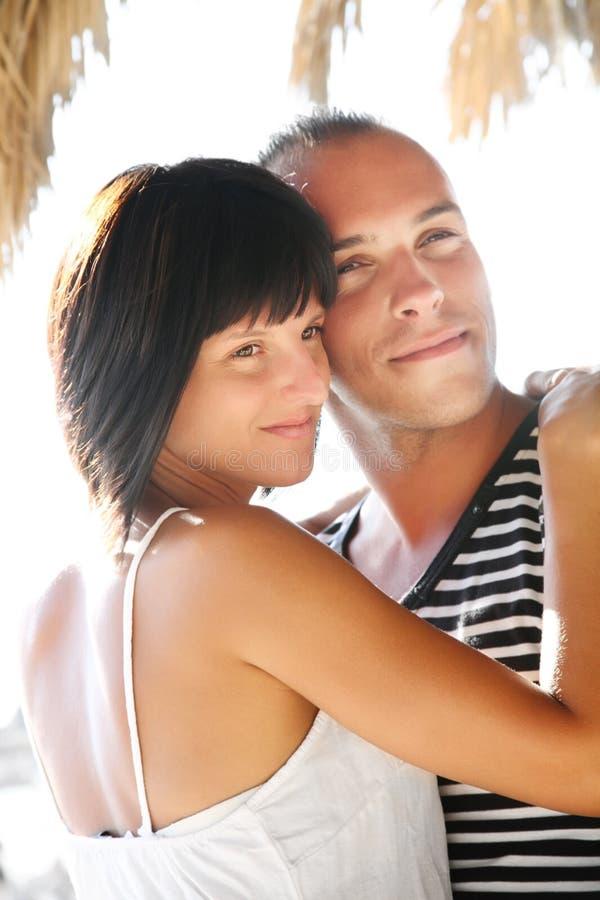 par som tycker om lyckligt feriesommarbarn arkivfoto