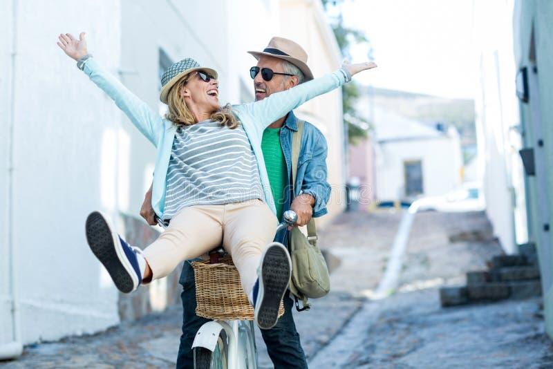Par som tycker om, medan rida cykeln arkivfoton