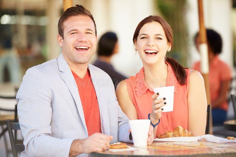 Par som tycker om mellanmålet i CafÅ ½ arkivbild