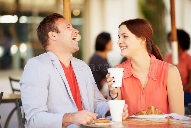 Par som tycker om mellanmålet i CafÅ ½ arkivfoton
