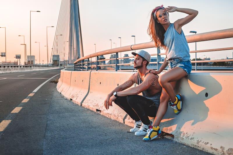Par som tycker om solen på gatan royaltyfria foton