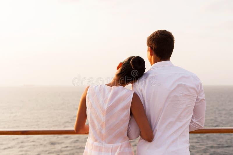 Par som tycker om solnedgångkryssning royaltyfria bilder