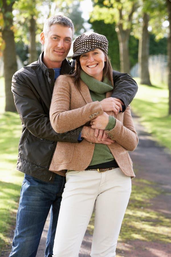 par som tycker om utomhus- ståenderomantiker, går royaltyfria foton