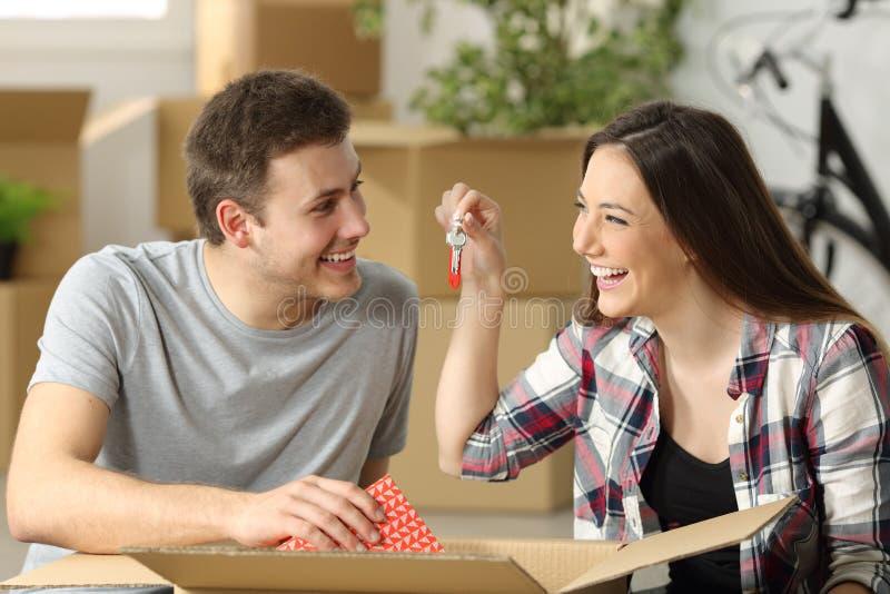 Par som unpaking i deras nya hus royaltyfria bilder