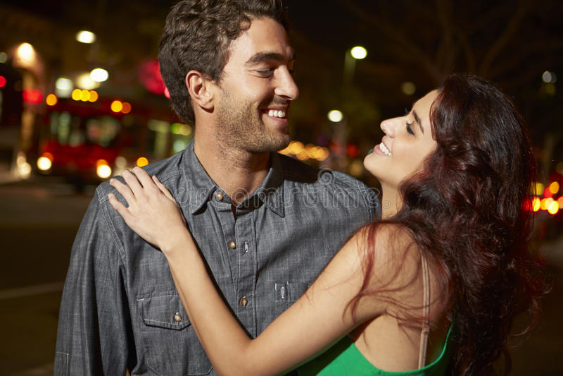 Par som ut tycker om natt tillsammans royaltyfria bilder