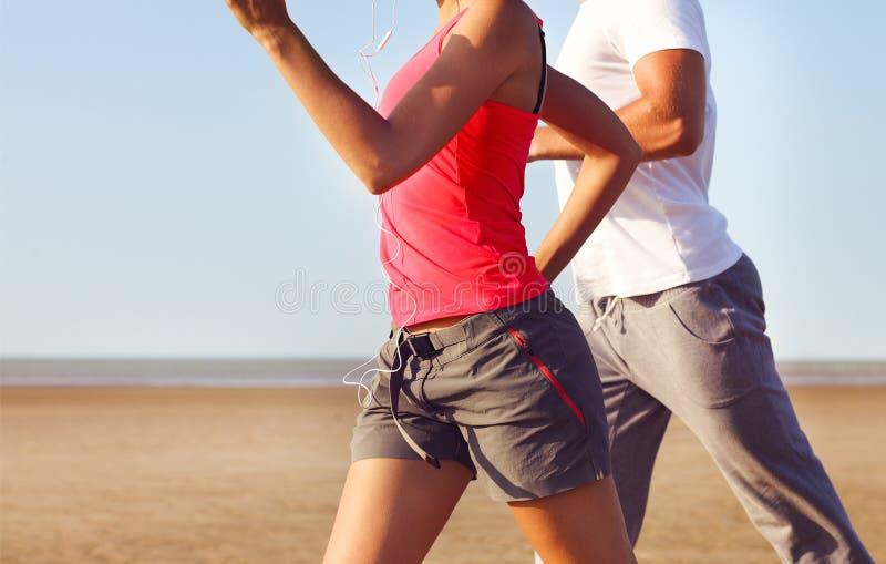 Par som utanför joggar close upp arkivfoto