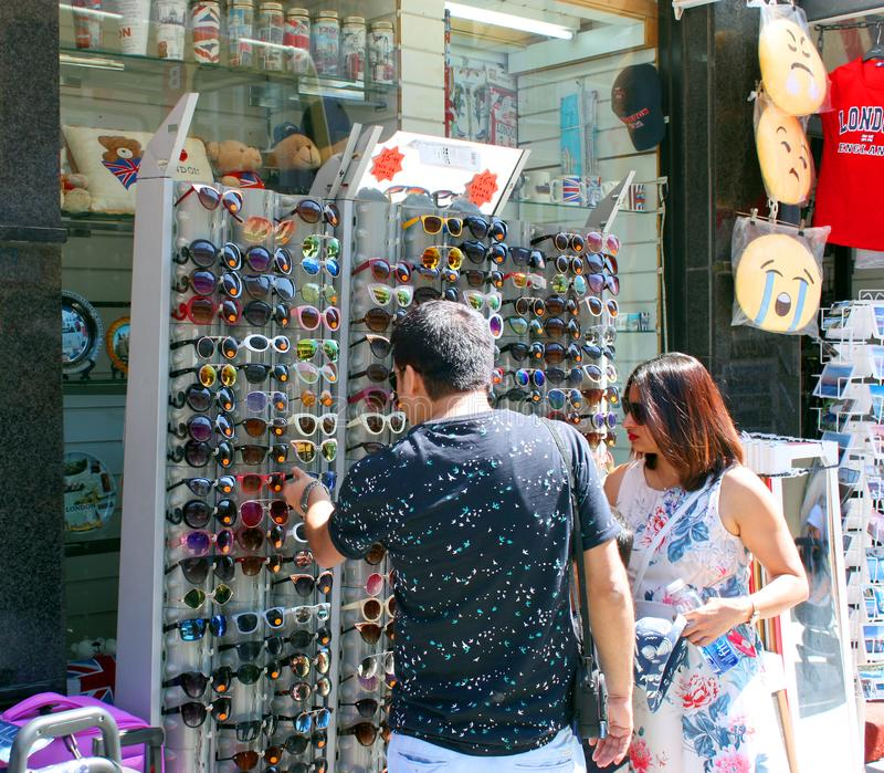Par som väljer solglasögon royaltyfri bild