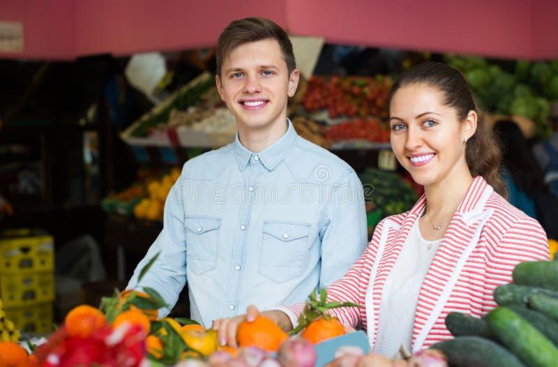 Par som väljer veggies och frukter arkivfoton