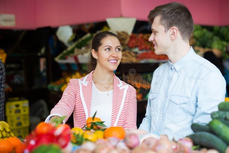 Par som väljer veggies och frukter royaltyfria bilder