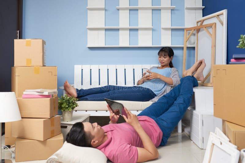 Par som vilar efter ny lägenhet för inflyttning arkivfoto