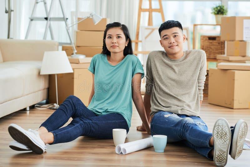 Par som vilar, når att ha flyttat sig royaltyfri bild