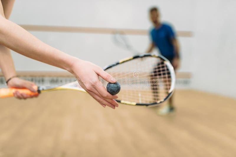 Par spelar squashleken i inomhus utbildningsklubba arkivfoton
