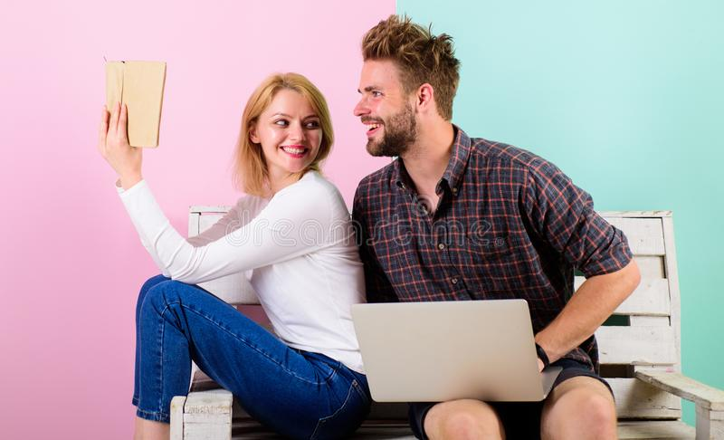 Par spenderar fritid med boken och film Boken frammanar verkliga mänskliga sinnesrörelser Intresserad entusiastisk läsebok för fl royaltyfria bilder
