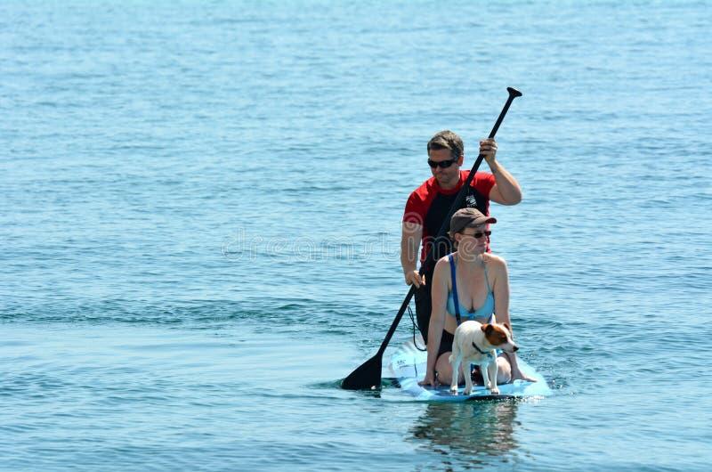 Par står på paddla upp arkivfoton
