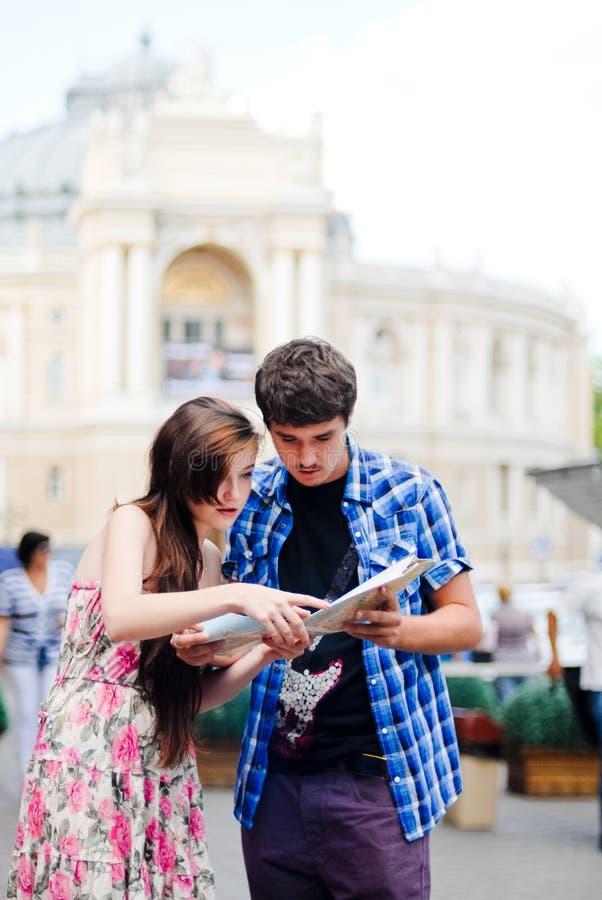 Par turnerar på att söka efter riktningar på översikt royaltyfri foto