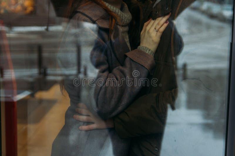 Par uściśnięcia Żeńska ręka z pierścionkiem kłama na klatce piersiowej mężczyzna mężczyzna ściska jego wife& x27; s talii podgląd obraz royalty free