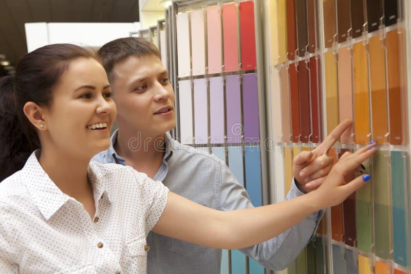 Par väljer målarfärgfärg på maskinvarulagret royaltyfria foton