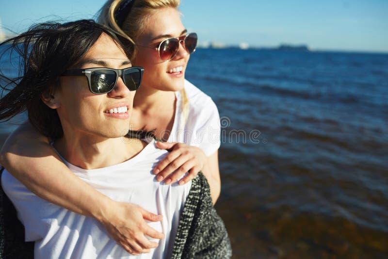 Par vid sjösidan fotografering för bildbyråer