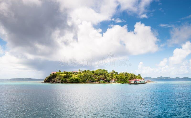 Paraíso da Ilha Verde com água azul turquesa e céus com nuvens nas Caraíbas, Ilhas Virgens Britânicas fotografia de stock