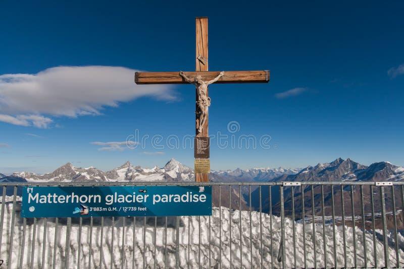 PARAÍSO DEL GLACIAR DE CERVINO, SUIZA - 27 DE OCTUBRE DE 2015: Crucifixión en paraíso del glaciar de Cervino cerca del pico de Ce fotografía de archivo libre de regalías