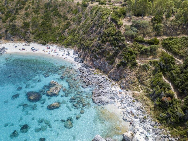 Paraíso del submarino, playa con el promontorio que pasa por alto el mar Zambrone, Calabria, Italia Silueta del hombre de negocio fotos de archivo