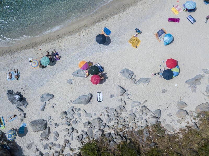 Paraíso del submarino, playa con el promontorio que pasa por alto el mar Zambrone, Calabria, Italia Silueta del hombre de negocio fotografía de archivo