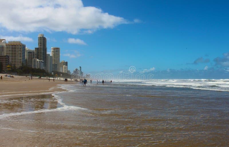 Paraíso dos surfistas ou o Gold Coast, Queensland Austrália, pessoa na praia e no oceano pela cidade fotos de stock