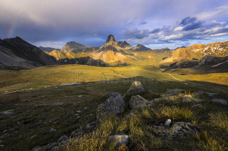 Paraíso terrestre, montañas de Hautes, La Meja de Rocca el verano fotografía de archivo libre de regalías