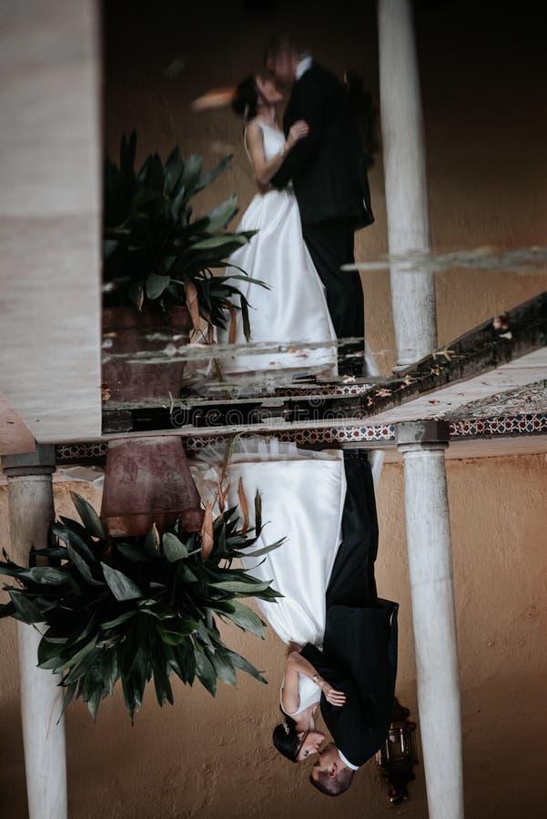 Para ślubna odbita w wodzie Obraz w dół obraz stock