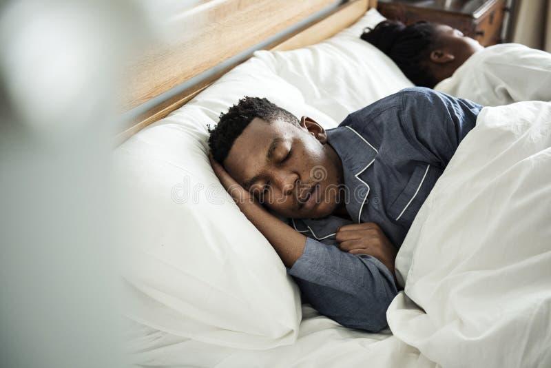 Para śpi mocno w łóżku fotografia stock