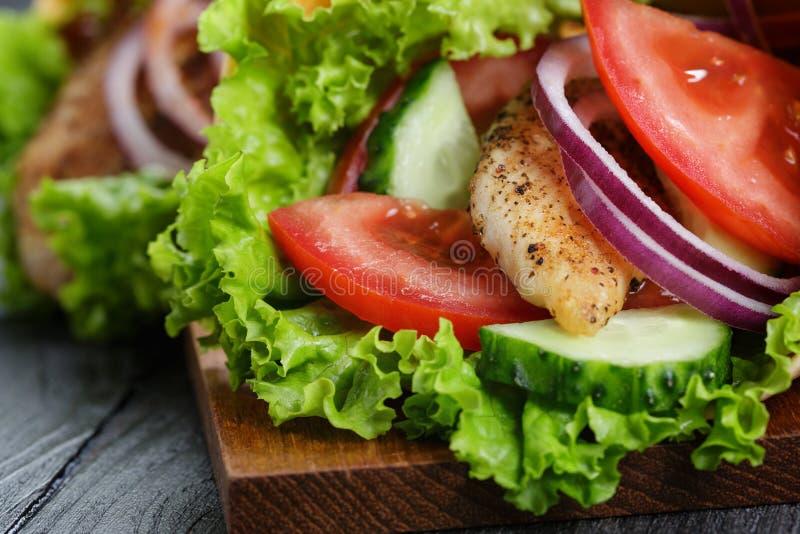 Download Para świeży Soczysty Opakunek ściska Z Kurczakiem I Warzywami Zdjęcie Stock - Obraz złożonej z dinner, sałata: 41955458