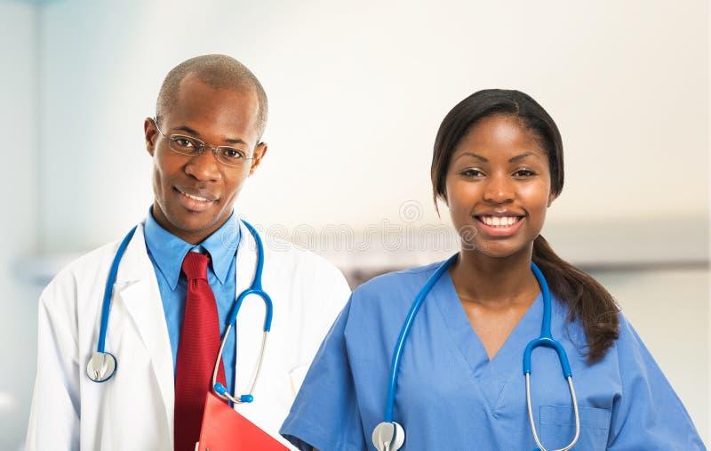 Para afrykańskie ono uśmiecha się lekarki fotografia stock