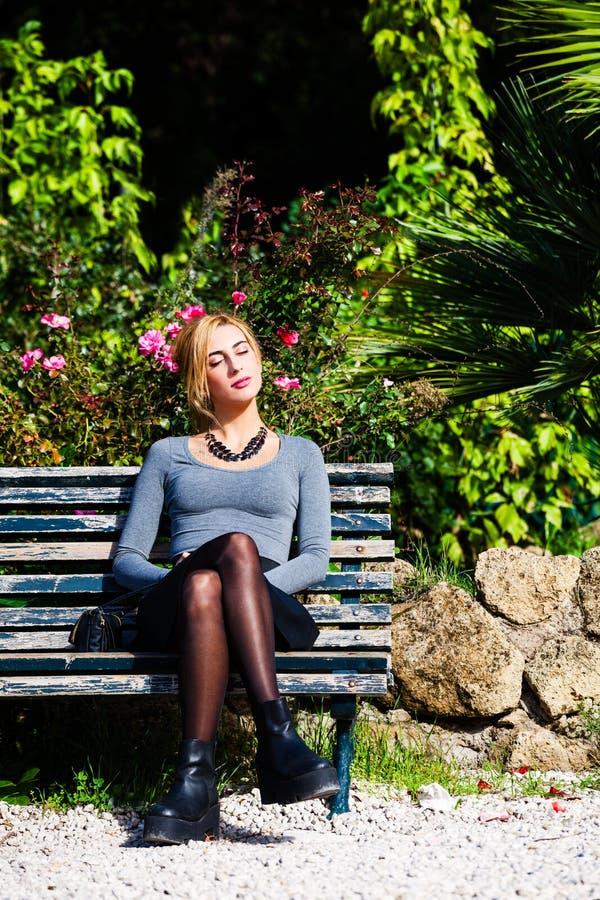 Para amor que espera Chica joven en amor en el banco foto de archivo libre de regalías