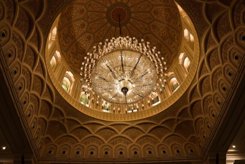 Para arriba aligerada lámpara cristalina en Sultan Qaboos Mosque en Salalah, Omán foto de archivo libre de regalías