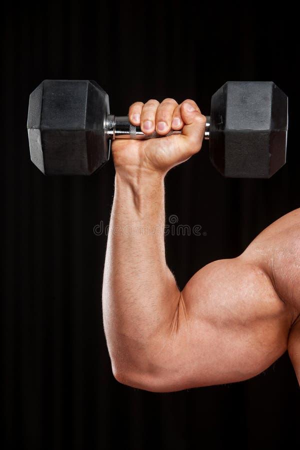 Para arriba aumentada mano con pesa de gimnasia. foto de archivo