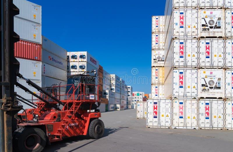 Para arriba llenados contenedores para mercancías imagen de archivo