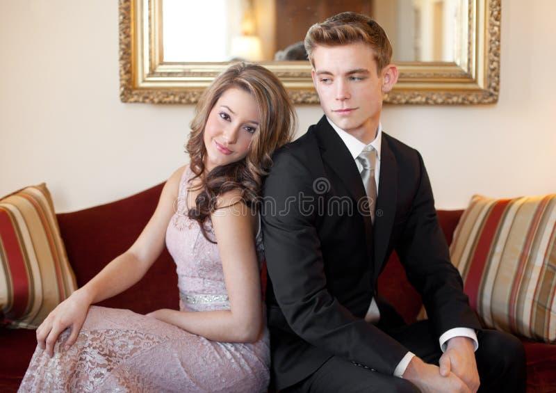 Para arriba vestidas adolescencias en el sofá imagen de archivo libre de regalías