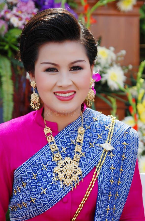 Para arriba vestidas mujeres en festival de la flor de Chiang Mai imagenes de archivo