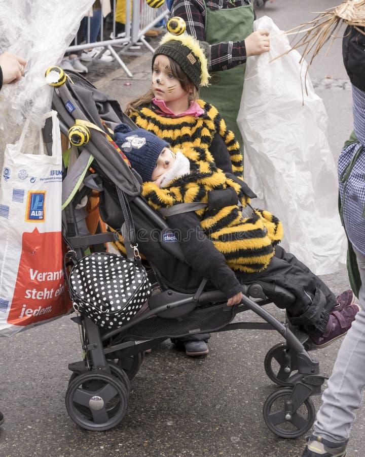 Para arriba vestido bebé en el cochecito en el desfile de carnaval, Stuttgart foto de archivo libre de regalías
