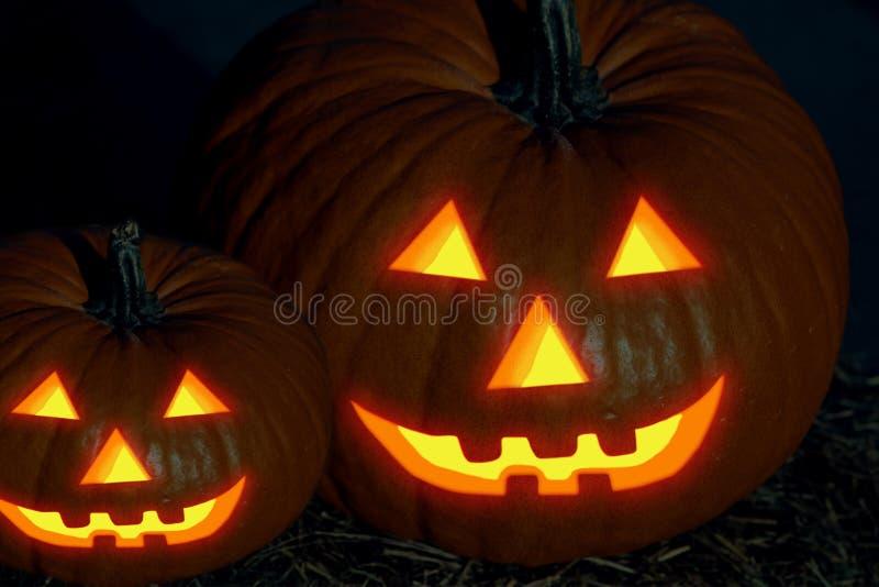Para att skrämma för stålarlyktan för pumpor halloween för den orange stora lilla dekoren för pumpa det glödande leendet i mörkre royaltyfria bilder
