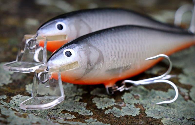 Para av av två som handgjort fiske lockar proppar royaltyfria bilder