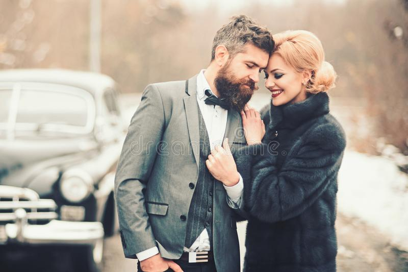 Para a aventura o par de amor feliz é de relaxamento e de apreciação a viagem por estrada Jovem mulher, homem e carro do vintage  imagem de stock