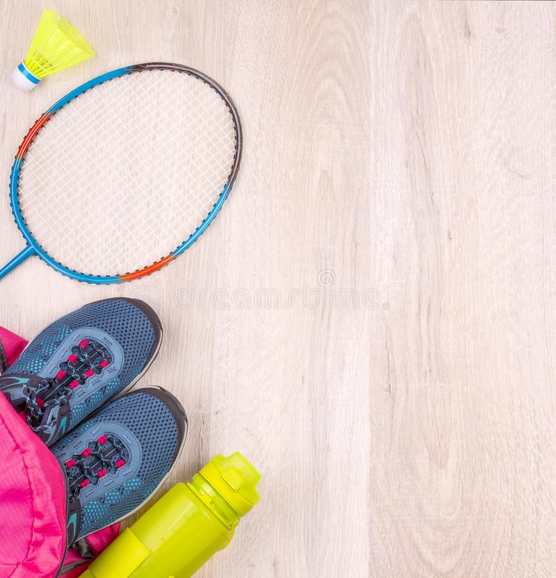 Para błękitnych kobiet butelka w i sneakers różowym plecaku, badminton kancie i shuttlecock na białej drewnianej powierzchni, fotografia royalty free