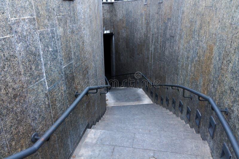 Para baixo escadas Abaixando as escadas Olhe para baixo Vista superior foto de stock royalty free