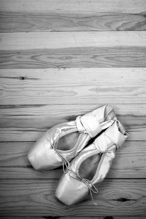 Para baletniczych butów pointes na drewnianej podłoga obraz stock